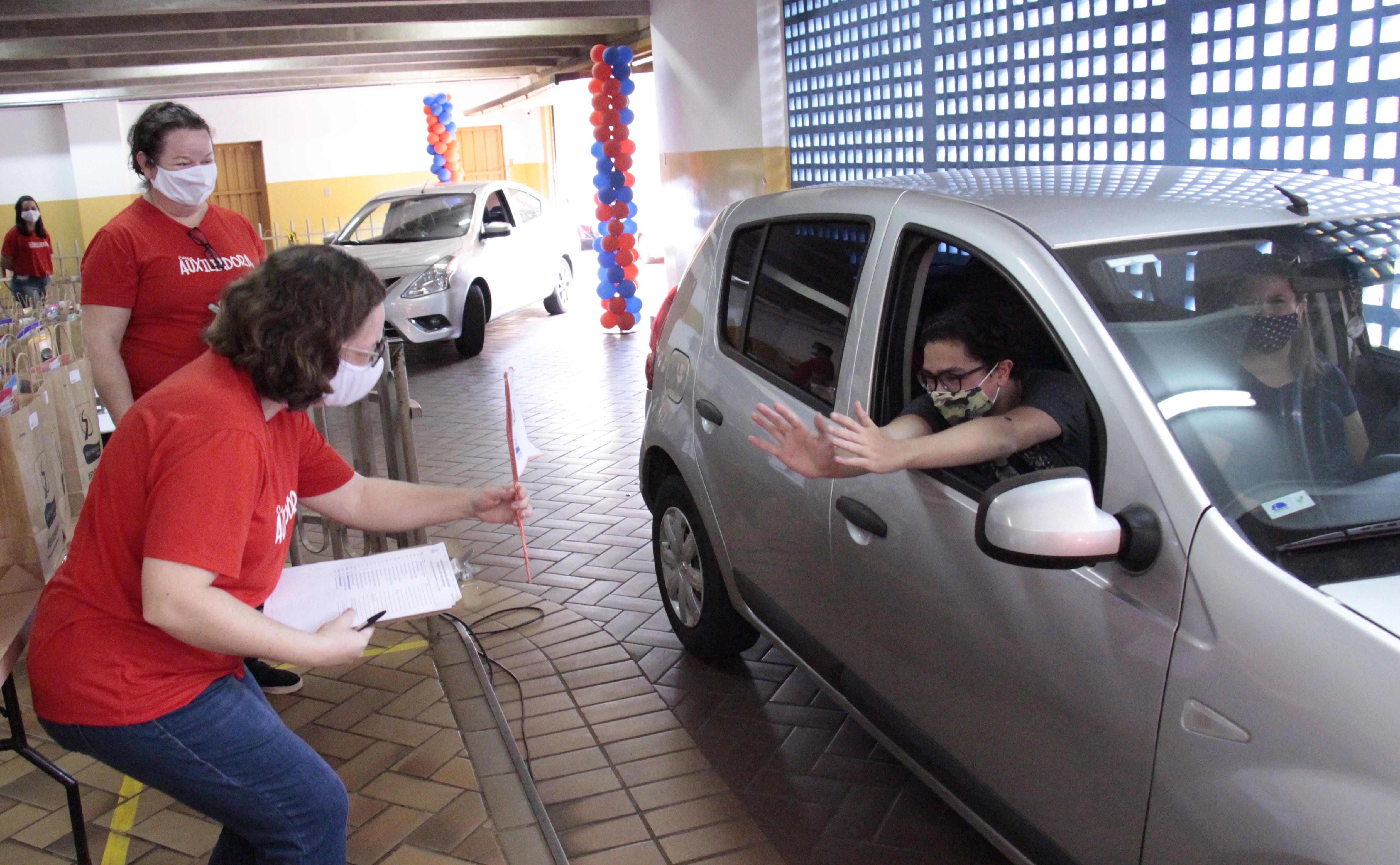 Drive Thru promove reencontro entre alunos e professores